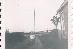 Fotoalbum Sytse Alberda, 032, Sytse Alberda neist it âlderlijk hûs op de Dille, op de achtergrûn it skûtsje fan Hoekstra yn de âld Feart