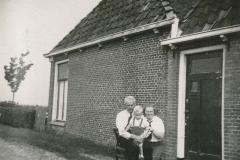 Fotoalbum Sytse Alberda, 035, Sytse Hendrik Alberda mei pake en mem op de foto op de Dille