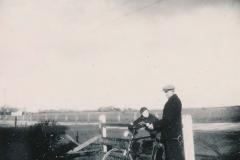 Fotoalbum Sytse Alberda, 059, Sytse op de fiets fan heit