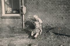 Fotoalbum Sytse Alberda, 069, Sidkant fan it hûs Alberda, augustus 1950