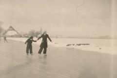Fotoalbum Sytse Alberda, 076, Reedride mei Ine en Wiebe, learen op de âld feart, Januwaris 1951