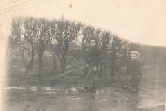 Fotoalbum Sytse Alberda, 079, Sytse en Sijtske Alberda vegen yn de modder, jan 1951