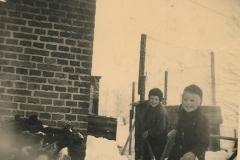 Fotoalbum Sytse Alberda, 080, Sytse Alberda en suske yn de snie, decimber 1951