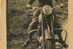 Fotoalbum Sytse Alberda, 091, Sytse op de motor by skoalle op de foto, 12 maaie 1954