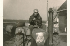 Fotoalbum Sytse Alberda, 122, Sytse op de trekker bij de Dille, 11-04-1965