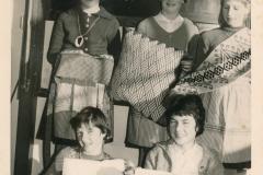 Fotoalbum Tryntsje van der Meer, 001, Sinterklaas 1961, Julia Ferwerda, Ytsje M. Boersma, Marijke vd Werf, Tryntsje vd Meer, Aaltje Weiland, 6de klas legere skoalle