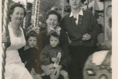 Fotoalbum Tryntsje van der Meer, Merke 1954, loft nei Rjochts, Mevr. De Vegt, Tryntsje van der Meer, Tryntsje van de Meer-Wiersma, op skutte Betty van der Meer en Frou (Sus) De Vegt
