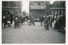 Fotoalbum Tryntsje van der Meer, Merke 1956, Spultjes yn de buorren foar op de Singel, u.o. Master van Manen, Tryntsje van der Meer rjochts op de autopet