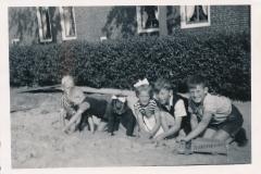 Fotoalbum Tryntsje van der Meer, Yde Terpstra, Hedzer van der Meer, Tryntsje van der Meer, Hammy Groen en Rein Weiland, 1952, Demping Easterwierrumer Âld Feart