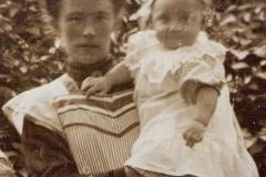 Fotoalbum Jan en Elske, 088, 14b Beppe Wytske mei har âldste soan Germ
